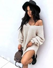 Ефектна дамска свободна плетена туника с голо рамо в бежово - код 2975